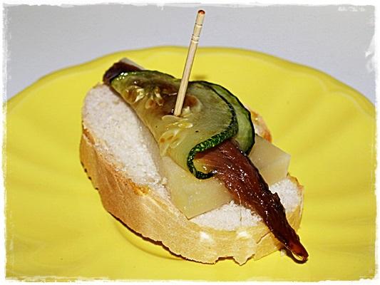 Pincho de queso, calabacín y anchoa