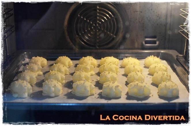 pastelillos de hojaldre rellenos de nata montada y crema pastelera