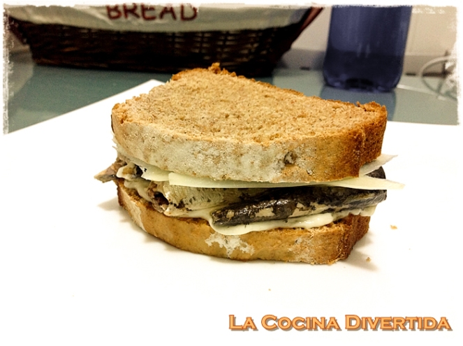 sandwich de pan de soda con sardinillas y queso guarrindongada