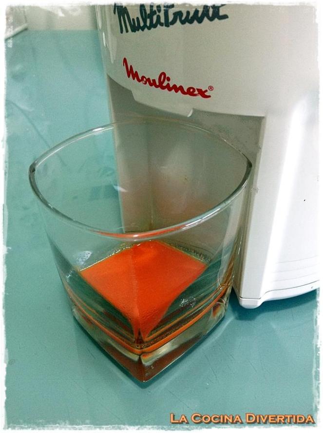Ensalada de lechuga de hoja de roble con salmón y bacalao ahumado y aceite aromático de zanahoria