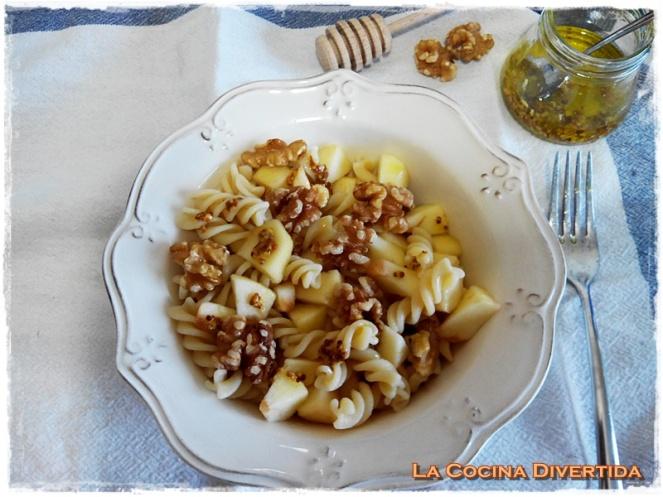 Ensalada de pasta con manzana, nueces y vinagreta de mostaza