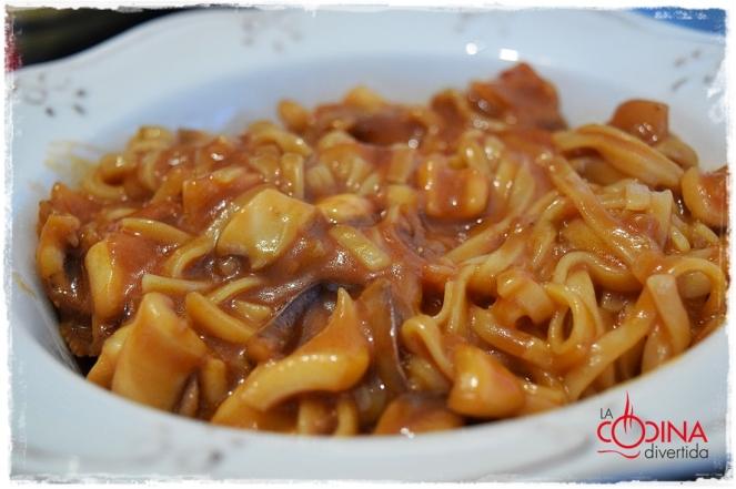 espaguetis de arroz con calamares y salsa de tomate y soja