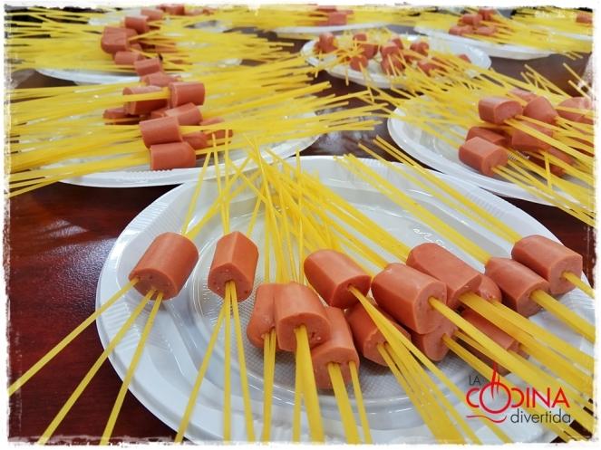 espaguetis con salchichas y tomate para niños