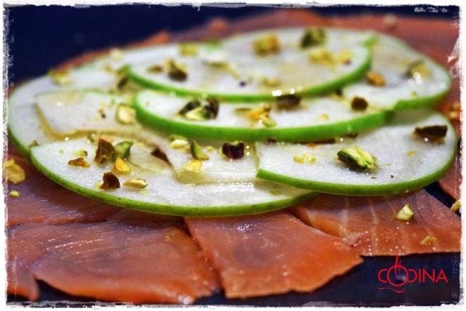 carpacco de salmon ahumado y manzana verde con pistachos y aceite de cacahuete