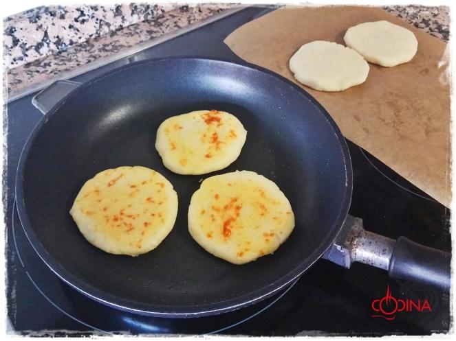 arepas rellenas de queso y lacón