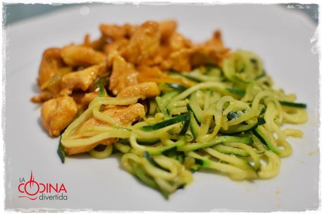 pollo marinado con espaguetis de calabacín